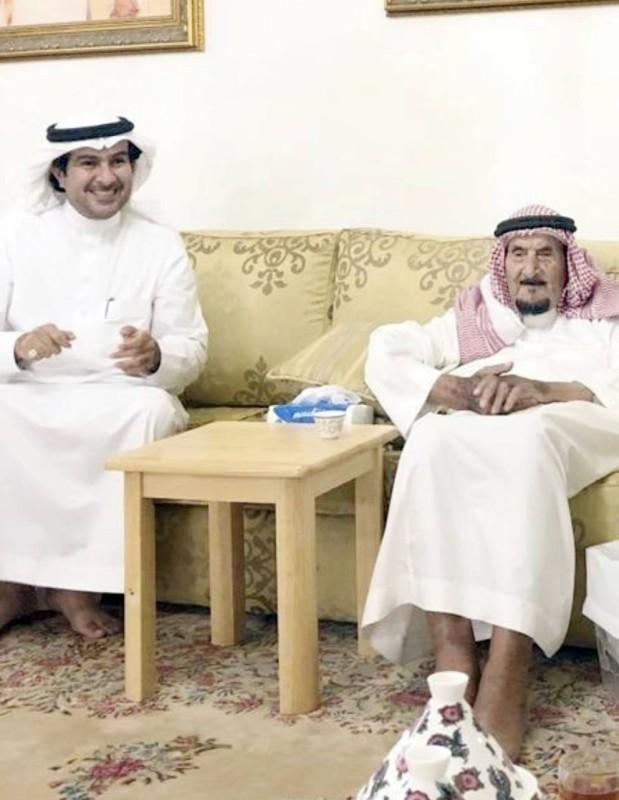 الثنيان مع نجله فهد في إحدى المناسبات.   (عكاظ)