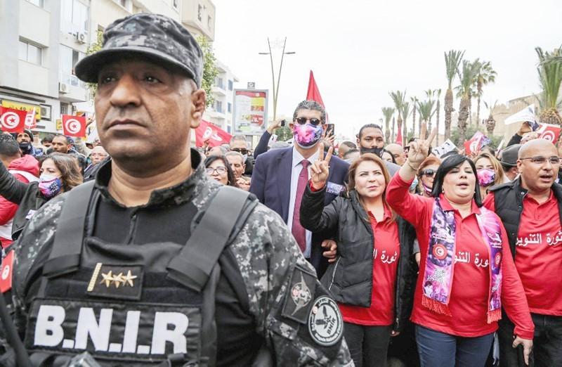 عبير موسي تقود المظاهرات في تونس.