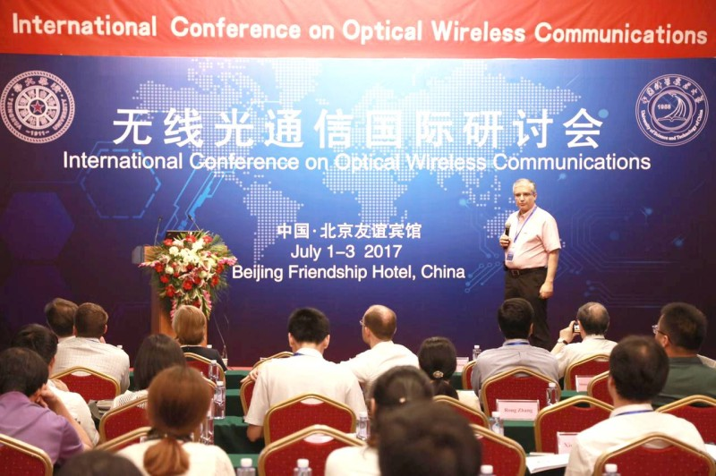 العلويني خلال أحد مؤتمرات الاتصال اللاسلكي في الصين.