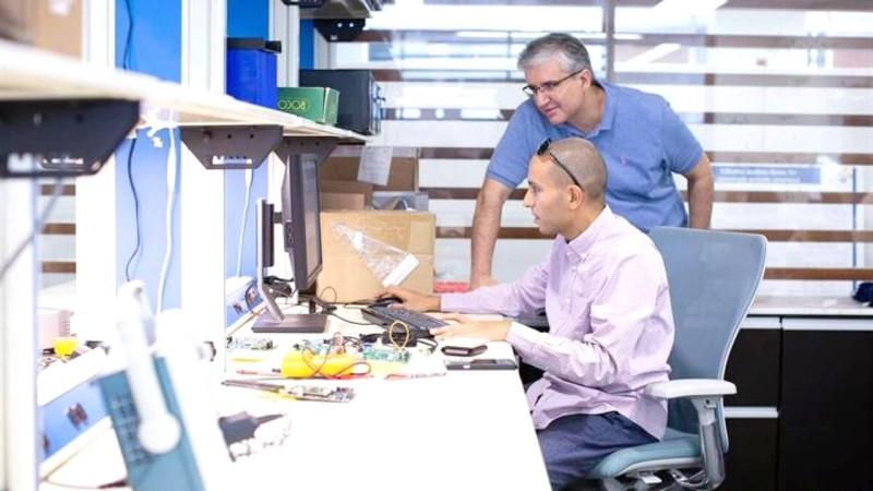 د. محمد سليم مع أحد الباحثين في الاتصال اللاسلكي.