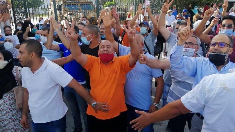 متظاهرون أمام البرلمان التونسي.