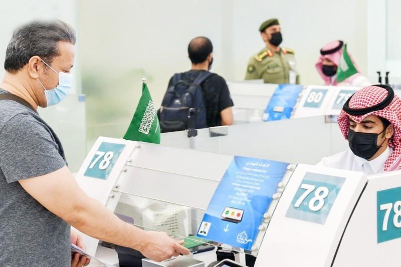 مسافر ينهي إجراءات سفره من مطار الملك خالد الدولي بالرياض. (واس)