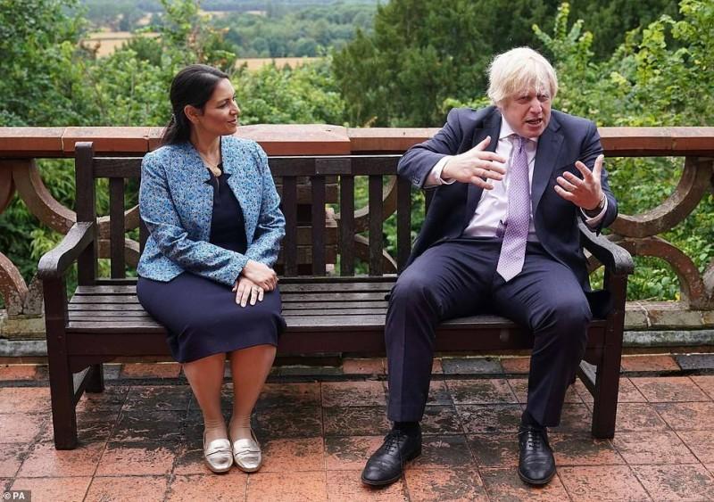 جونسون في أول يوم بعد «العزل» مع وزيرة داخليته.