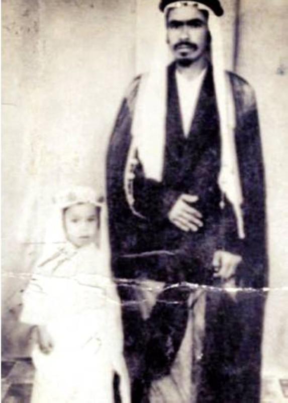 السريحي في سن الطفولة مع والده مصلح بن سعيد السريحي.