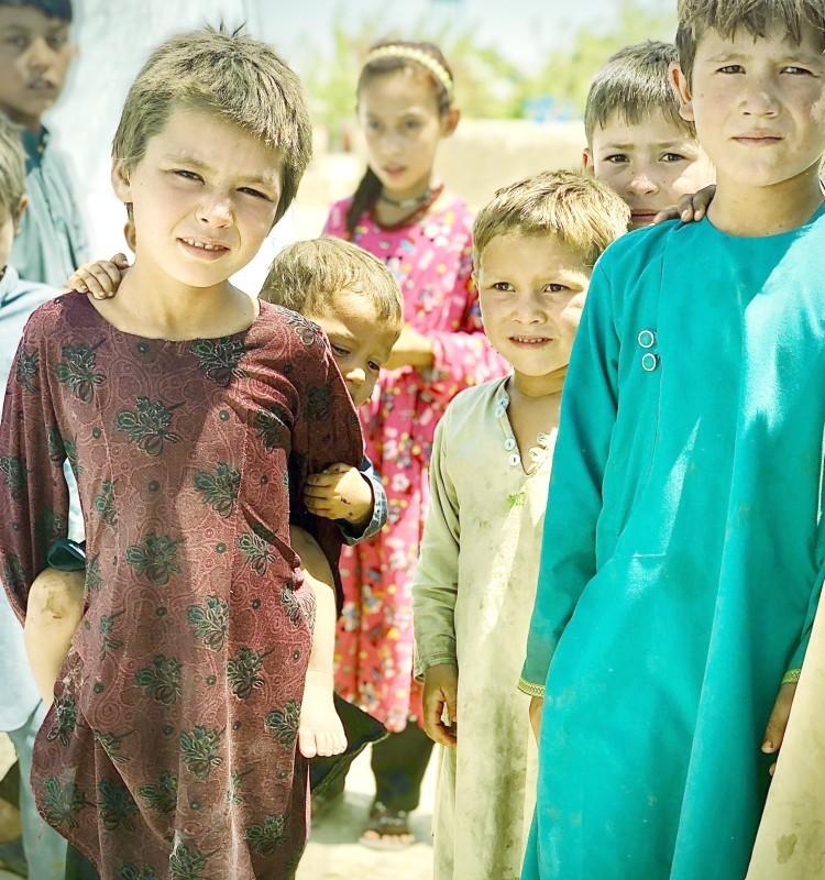أطفال أفغان بانتظار المصير المجهول مع احتدام المعارك. (متداولة)