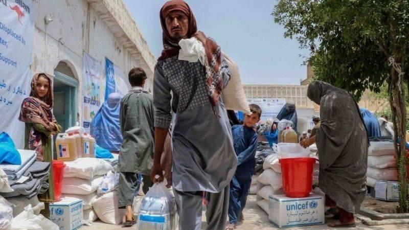 منظمات إنسانية حذرت من نقص الغذاء والماء والخدمات، واكتظاظ مخيمات النازحين.