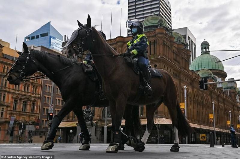 شرطيان أستراليان ينفذان الإغلاق في أحد شوارع سيدني.