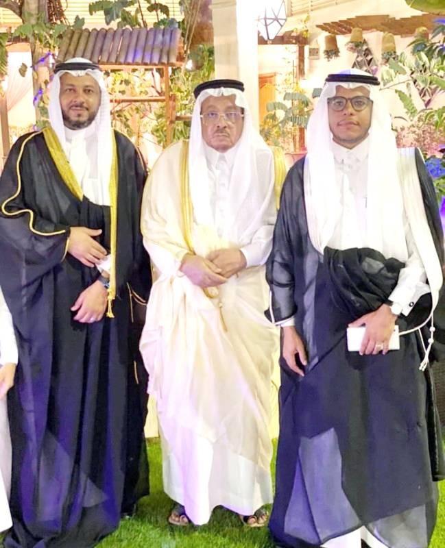 العريس مع والده وشقيقه. (عكاظ)