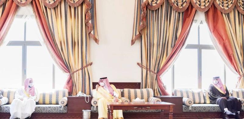 الأمير فهد بن سلطان خلال لقائه أهالي محافظة الوجه. (واس)