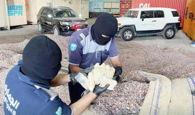 رجال الجمارك في ميناء جدة الإسلامي يعاينون الحبوب المخدرة المضبوطة. (واس)