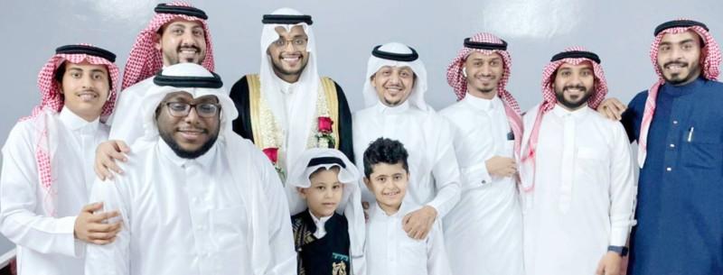 العريس مع بعض الأقارب والأصدقاء.(عكاظ)
