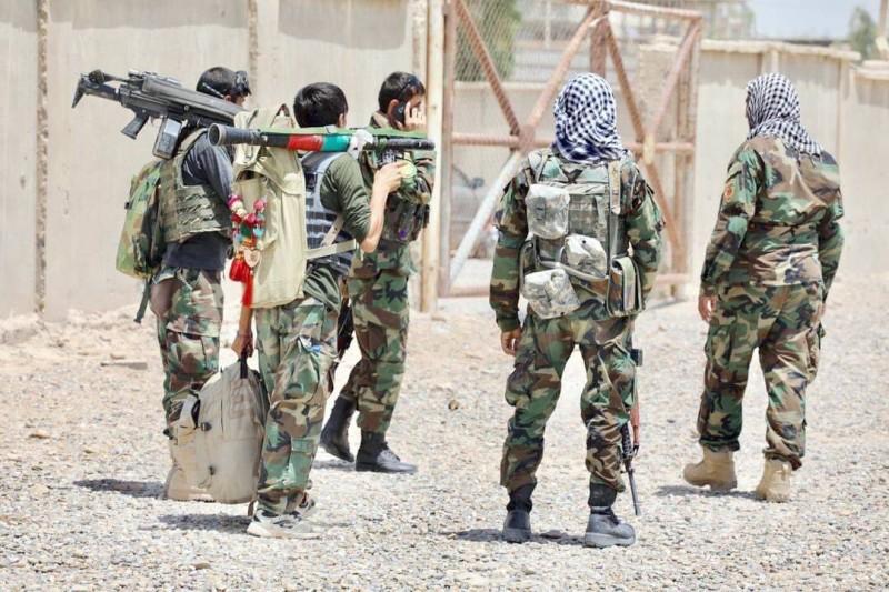 مقاتلون من الحكومة الأفغانية يصلون إلى إقليم هلمند أمس.
