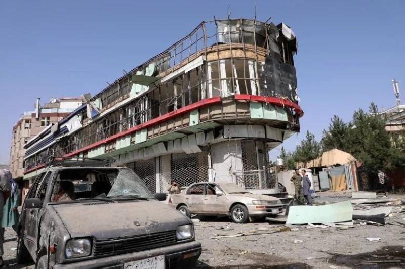 جانب من الدمار الذي خلفه الهجوم قرب منزل وزير الدفاع بالعاصمة كابل