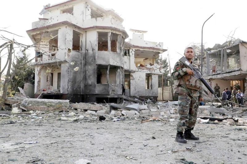 جندي أفغاني يقف في حراسة موقع الهجوم قرب منزل وزير الدفاع بالعاصمة كابول.  (متداولة)
