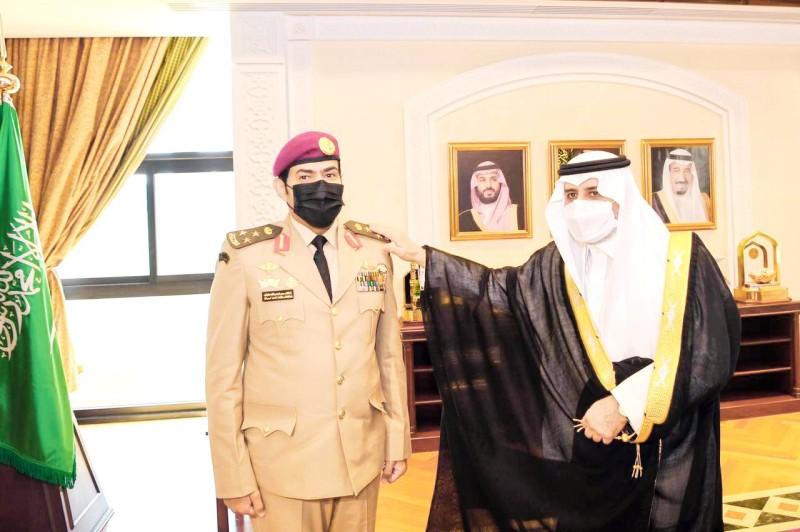 الامير فهد بن سلطان مقلدا العطوي رتبته الجديدة. (عكاظ)
