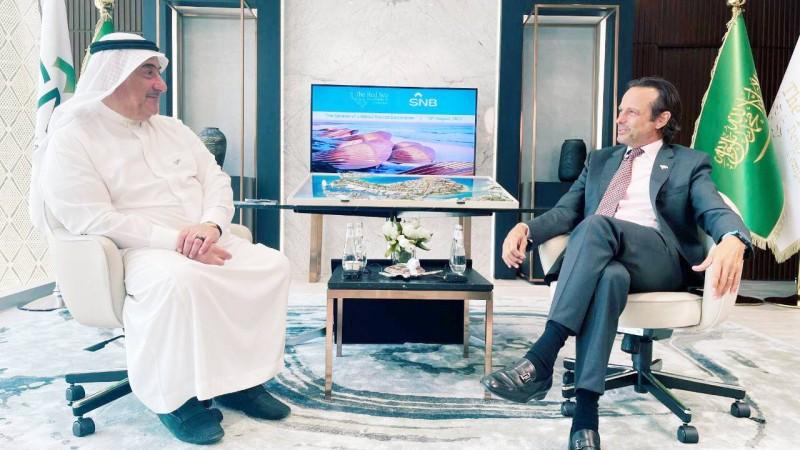 رئيس مجلس إدارة البنك الأهلي خلال لقائه مع الرئيس التنفيذي لشركة البحر الأحمر. (الأهلي)