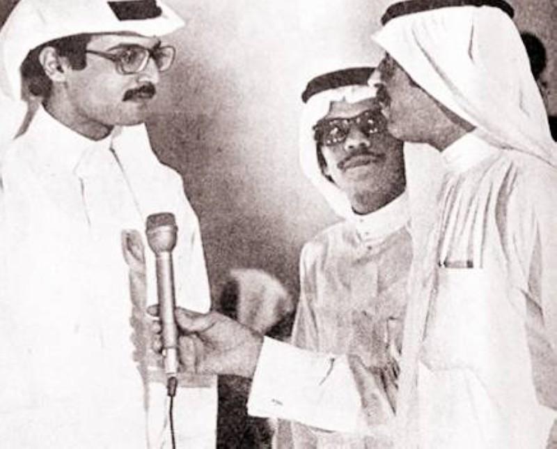المذيع غالب كامل يحاور الأمير بدر في برنامج «مجلة التلفزيون» وبينهما الفنان طلال مداح.