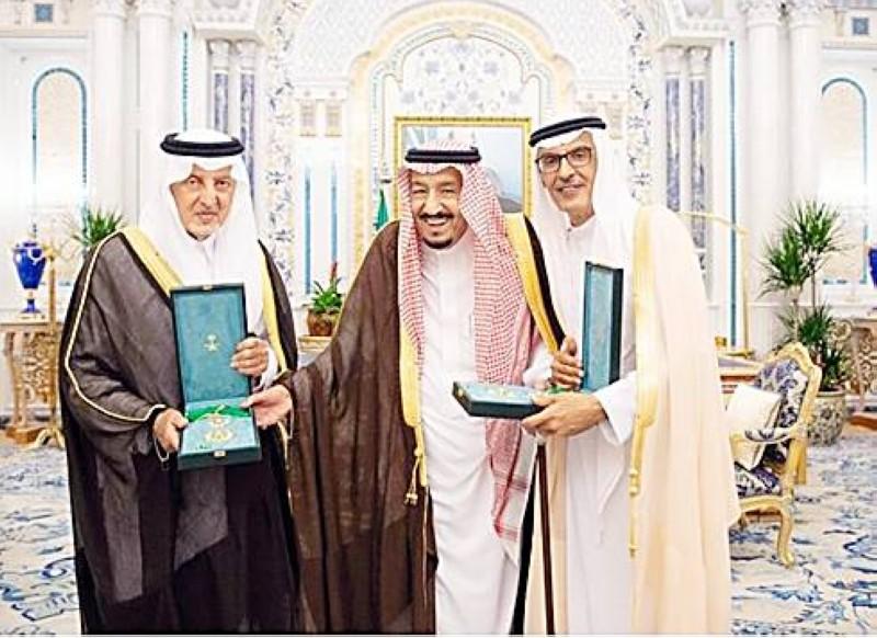 الملك سلمان مكرماً الأميرين خالد الفيصل وبدر بن عبدالمحسن.