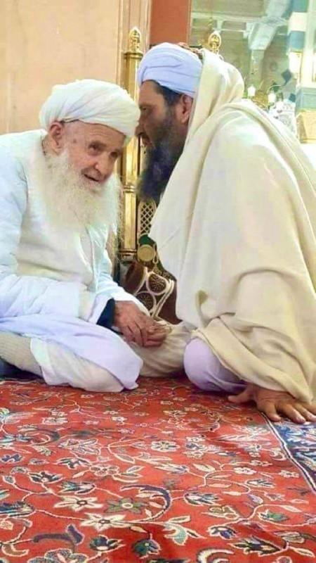 الملا هبة الله أمير حركة طالبان في أول ظهور إعلامي يتحدث لأحد شيوخ القبائل. (متداولة)