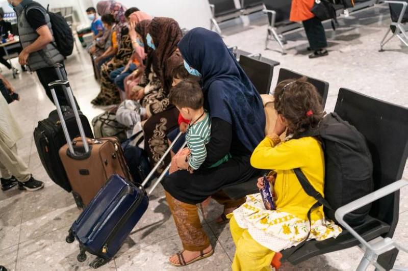 أفغان أجلتهم بريطانيا من بلادهم في مطار هيثرو .