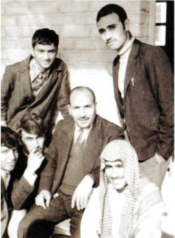 كلداري (واقفا إلى اليسار) مع زملائه ومدرس الرياضيات في الكويت في الستينات.