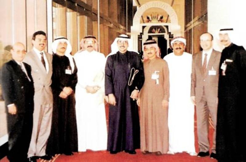 كلداري (الثاني يسارا) مع زملائه من مؤسسي رابطة أطباء الأمراض الجلدية لدول مجلس التعاون.