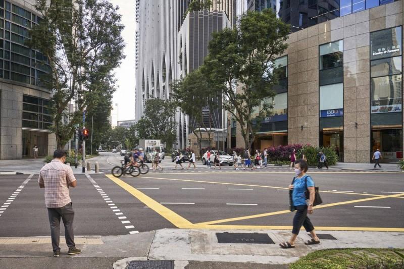 أحد شوارع المنطقة التجارية المركزية في سنغافورة. (وكالات)