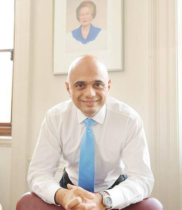 صورة تاتشر تهيمن على مكتب وزير الصحة البريطاني. (وكالات)