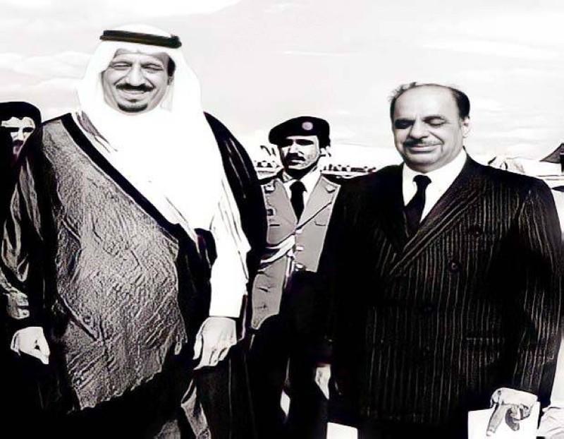 المنقور في استقبال الملك سلمان (حينما كان أميراً للرياض) ساعة وصوله إلى لندن عام 1979.