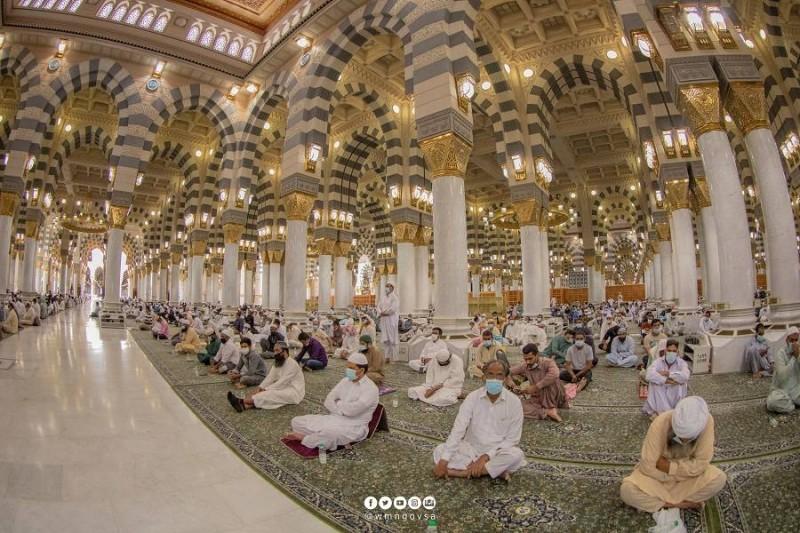 جموع المصلين في المسجد النبوي أثناء خطبة الجمعة (وكالة شؤون المسجد النبوي)