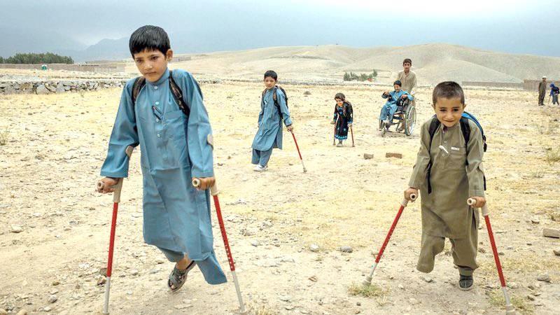 مظاهرات عناصر نسائية في كابل، وعلى الطرف أطفال معاقون بسبب الحروب. (متداول)
