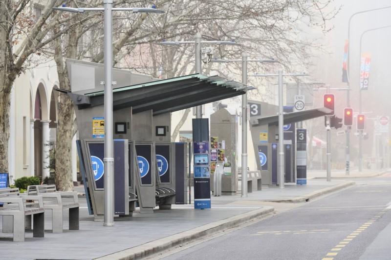 محطة حافلات مهجورة في العاصمة الأسترالية كانبيرا بسبب الإغلاق. (وكالات)