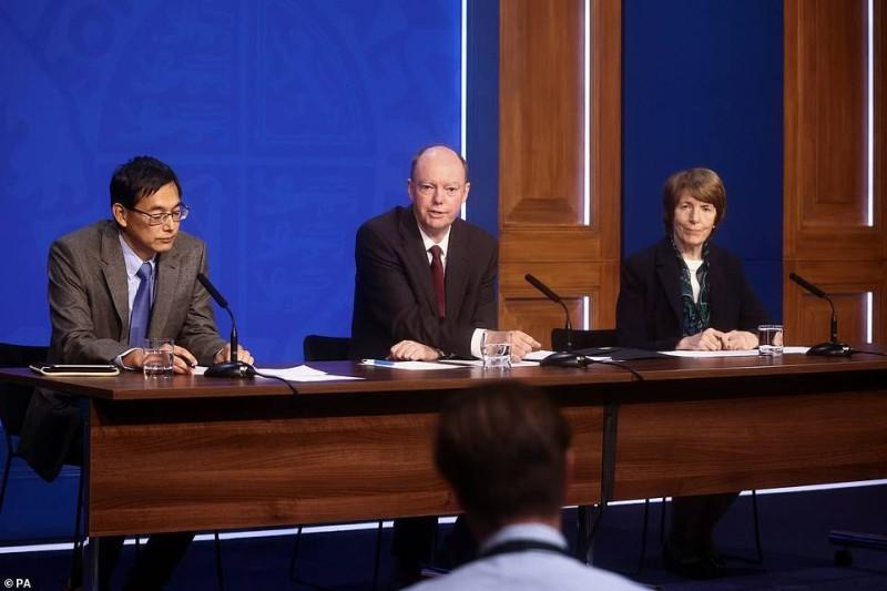 ويتي يتوسط رئيس اللجنة العلمية المشتركة البروفيسور وي شن ليم ورئيسة وكالة الأدوية جُوُن راين. (وكالات)