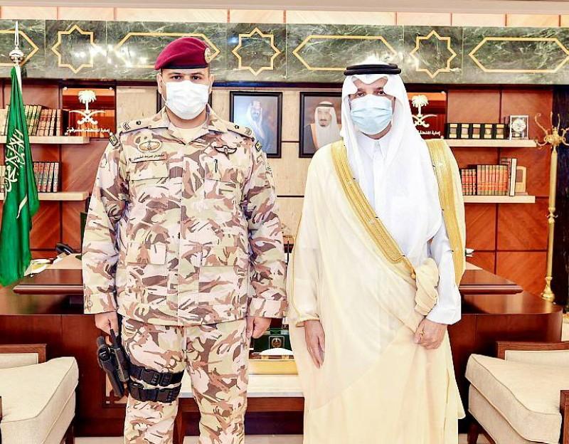 الأمير سعود بن نايف والشمري عقب تقلده رتبته الجديدة. (واس)