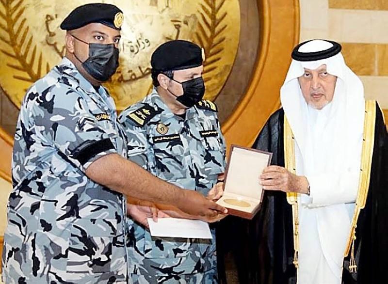الأمير خالد الفيصل يكرم الجندي أول فايز الغامدي نظير موقفه الإنساني مع معتمر.
