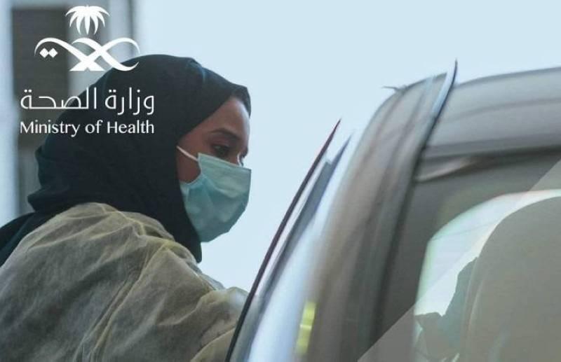 إحدى منسوبات الصحة تجري مسحة كورونا PCR في أحد مراكز «تأكد»