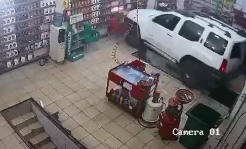 لقطة من الفيديو المتداول تظهر لحظة اقتحام قائدة المركبة لمحل البنشر