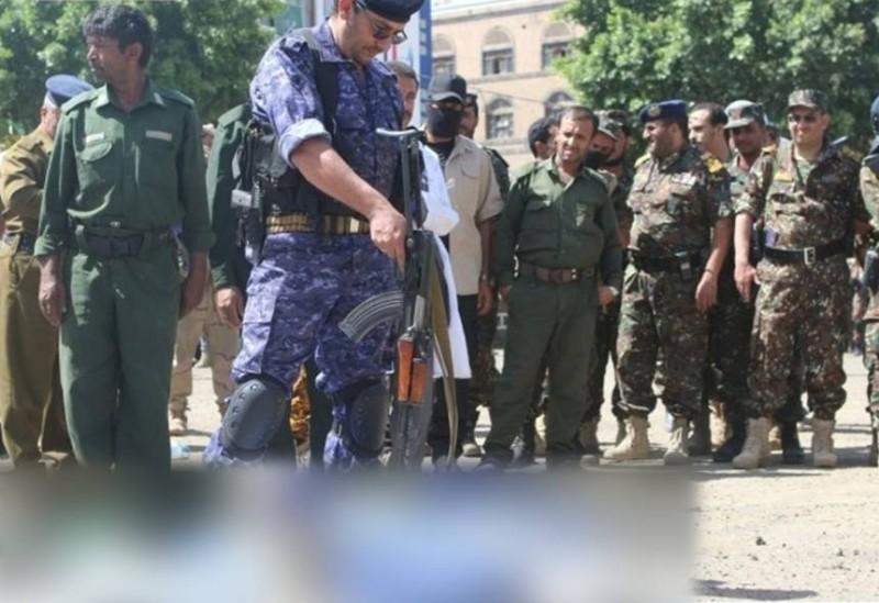 لحظة إعدام أحد المدنيين
