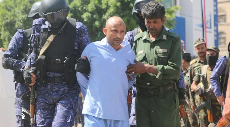 أحد المختطفين قبيل إعدامه.
