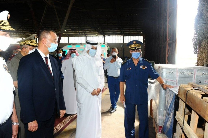 السفير السعودي في تونس مستمعا لشرح أثناء تسليم المساعدات السعودية لمواجهة كورونا في تونس