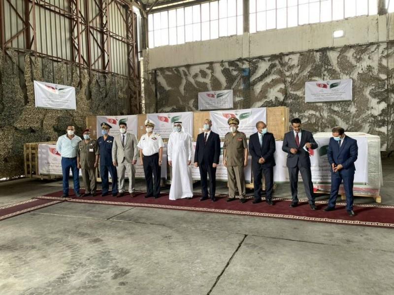 صورة جماعية للسفير السعودي في تونس والمسؤولين التونسيين أثناء تسليم المساعدات السعودية