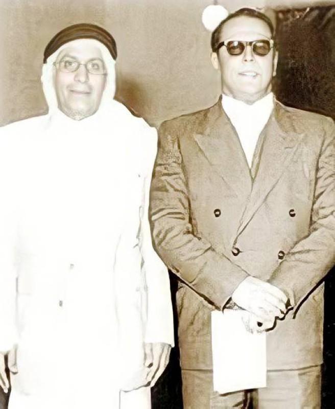 الرومي مع صديقه الشاعر أحمد مشاري العدواني.