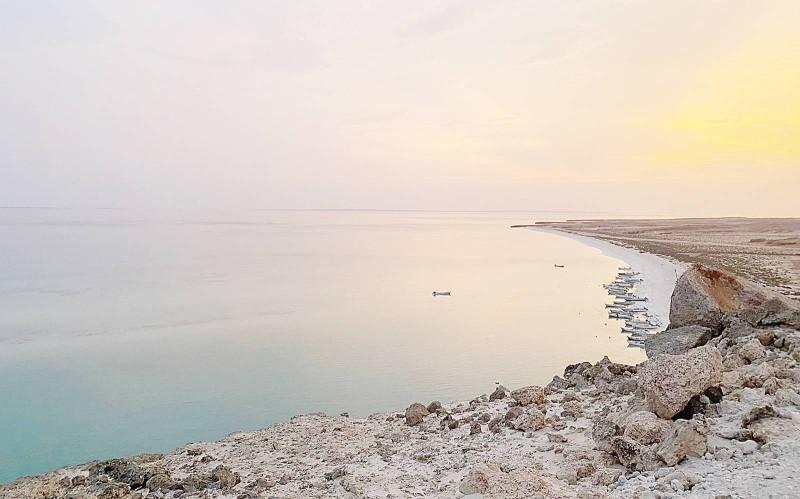 تتميز بموقعها وكثرة الزوار وعشاق السياحة البحرية.  (تصوير: المحرر)