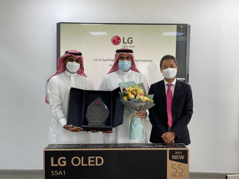 تكريم المواطن محمد العليط بـ«جائزة الشخص الصالح» من شركة «إل جي إلكترونيكس»