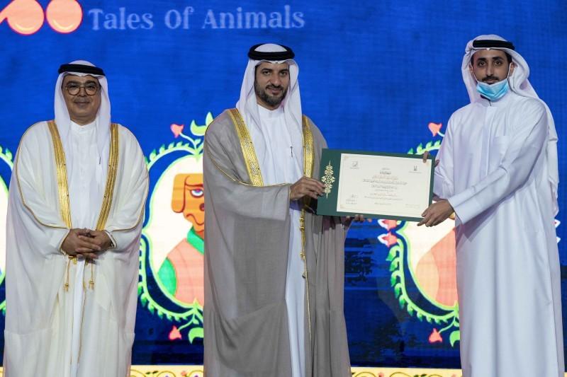 الشيخ سلطان بن أحمد مكرماً أحد المشاركين. (عكاظ)