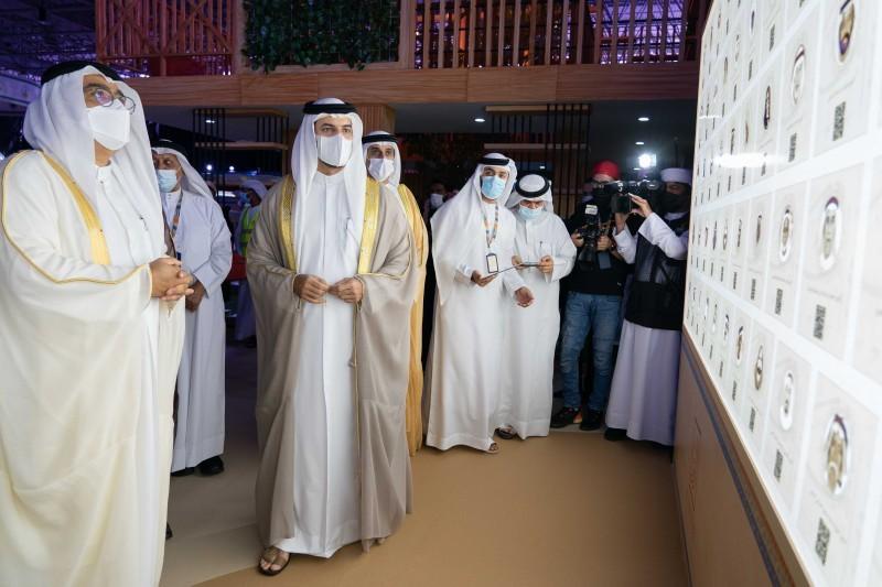 الشيخ سلطان بن أحمد متجولاً في أرجاء الملتقى.