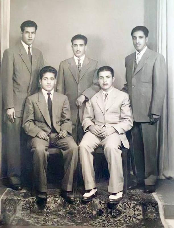 القرعاوي (الأول من اليمين وقوفا) مع زملائه عبدالعزيز الخويطر وحمد الخويطر وحمد الصقير ومحمد أبا الخيل في القاهرة سنة 1949 أثناء دراستهم بجامعة فؤاد الأول.