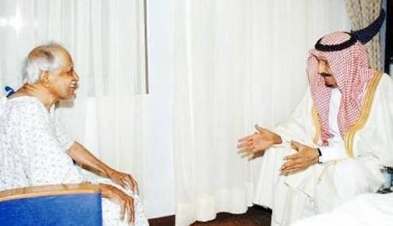 الملك سلمان أثناء عيادته للقرعاوي في مشفاه بالرياض سنة 2006.