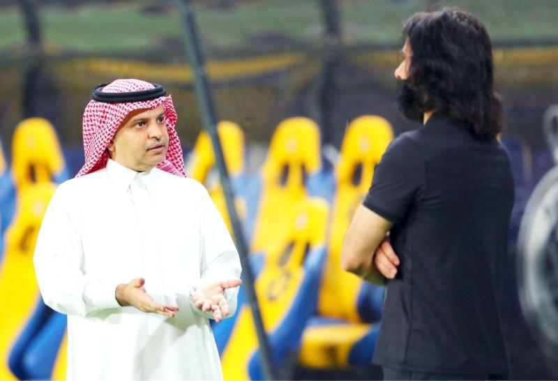 رئيس النادي مسلي آل معمر في نقاش مع المدير التنفيذي حسين عبدالغني. (النصر)