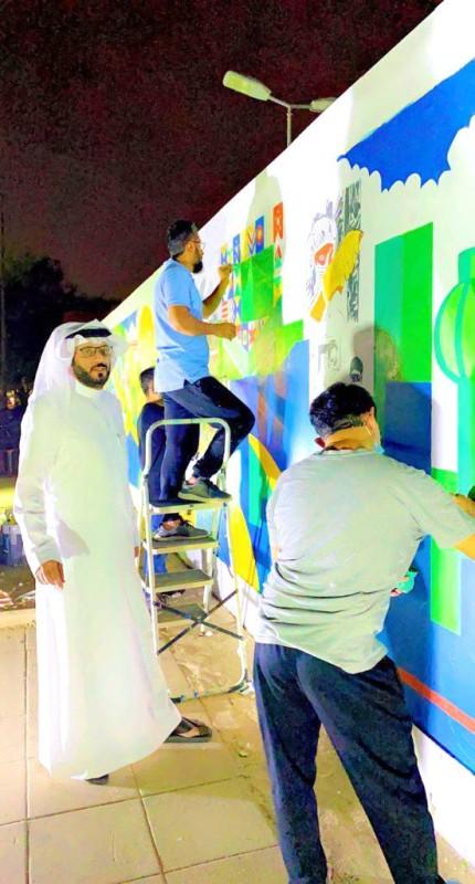 الجدارية بطول 26 مترا وبمساحة إجمالية تتجاوز 65 مترا مربعا. (عكاظ)